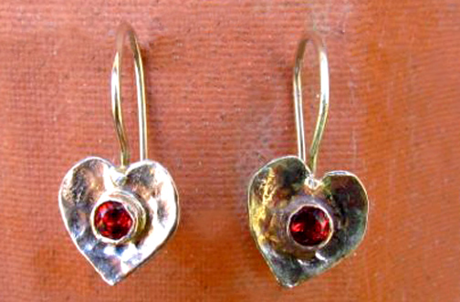 <b>A047-9-stone</b> - 9K rose gold heart earing with garnet