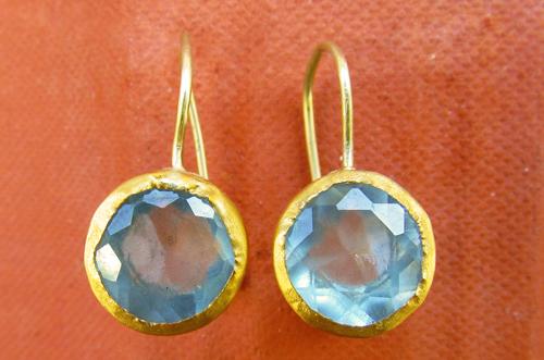<b>A052-aqua</b> -  faceted aquamarine set in 24K gold bezel