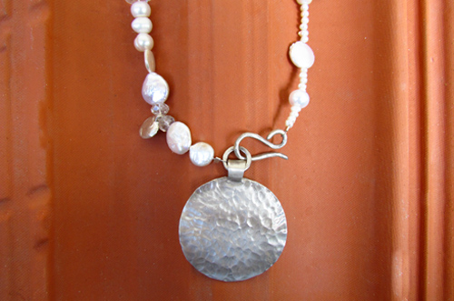 <b>SH113</b> - mixed pearls necklace with large silver pendant